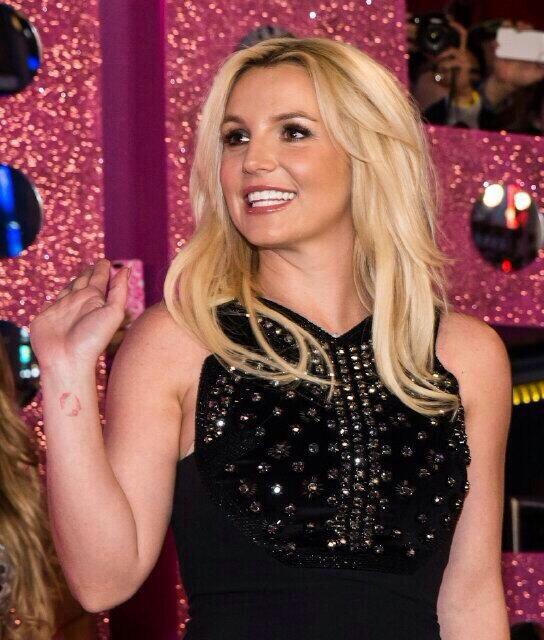 She's so beautiful   Britney Spears #popartist #PeoplesChoice http://t.co/bd1oX3ygY7