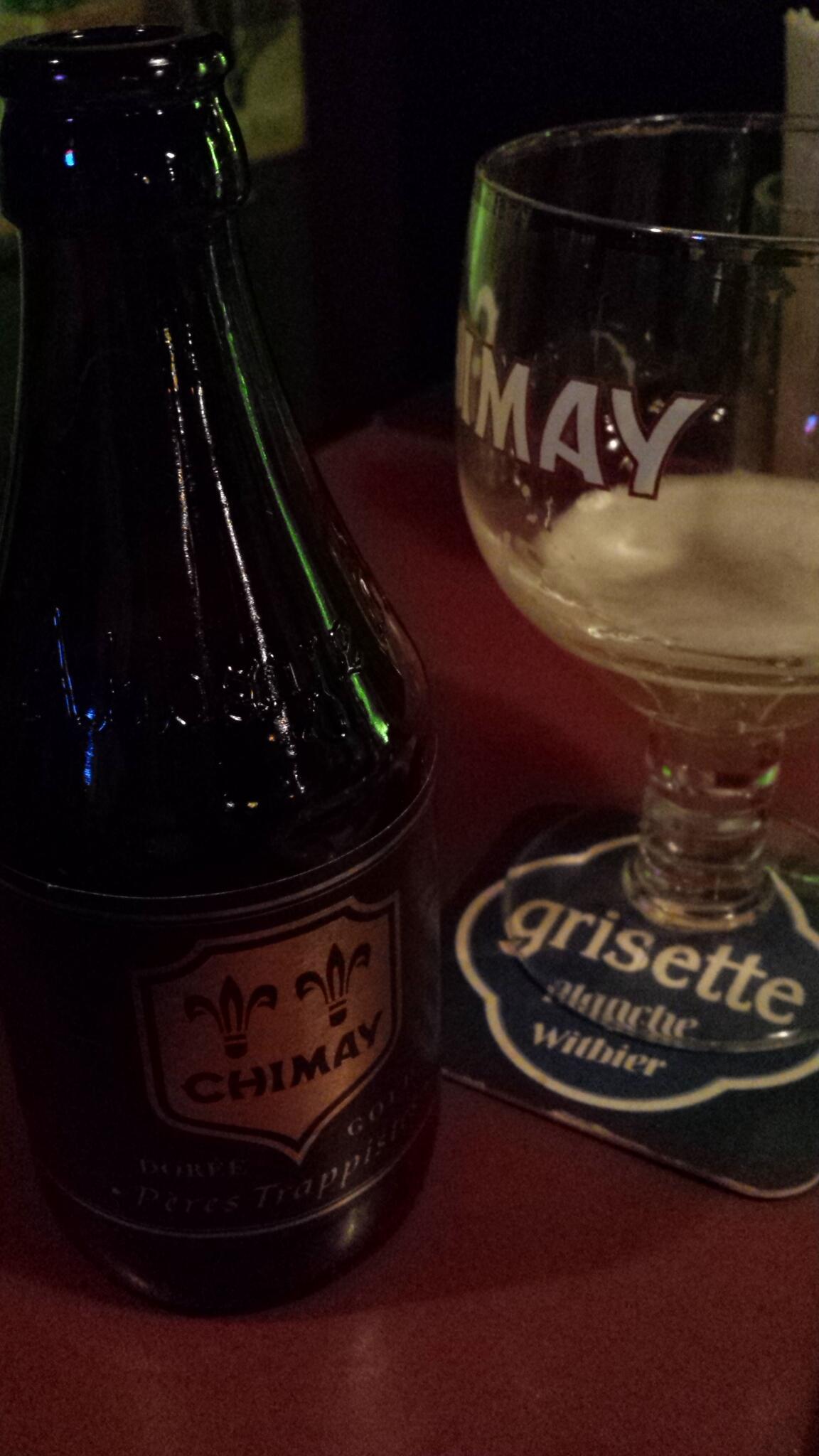 ベルギービール「シメイ」といえば、ブルー、レッド、ホワイトが一般的ですが、幻のブラック(ゴールドと呼ばれることも)もあるんです!正式にはシメイドレーと言うらしいですよ~。日本で呑めるのは珍しい(^o^) http://t.co/cFb3gi5je3