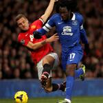 PHOTO: Out of the way! @RomeluLukaku9 barges past Nemanja Vidic. #EFCMUFC http://t.co/KgRevMJTOf