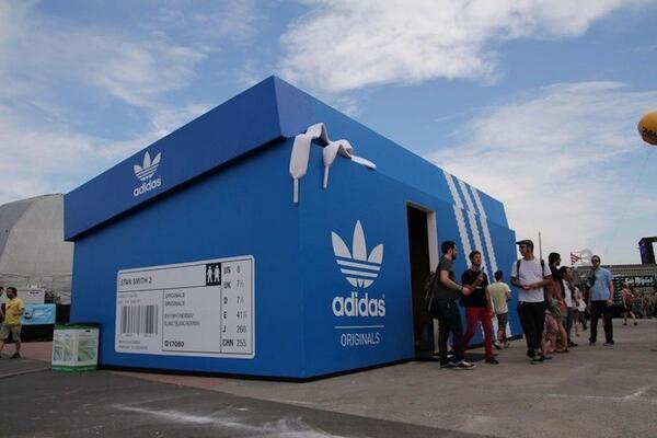 Магазин Adidas в Амстердаме. http://t.co/gXAzBrwXLt