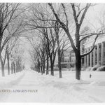 The snow isnt here yet, but here is a #TBT look at the snowy #ILLINOISquad in 1920! #snow #campus #Illini http://t.co/shSf20OcCm