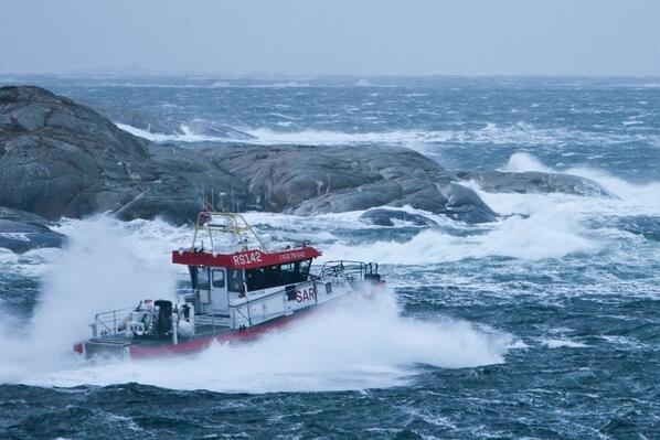 """#Hvaler: Maskinist Anders Ödman på #redningsskøyta """"Horn Flyer"""" har tatt dette fantastisk bildet i #stormen i dag. http://t.co/yozQqBIIUu"""