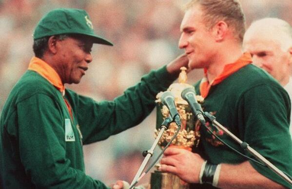 Une belle image : Nelson Mandela et François Pienaar pendant la remise du trophée de la Coupe du monde de rugby 1995 http://t.co/pZPMeYJMUk