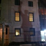 The TV camera lights in front of the Mandela statue are casting his shadow on the South African embassy: http://t.co/ZQRzURoA8I