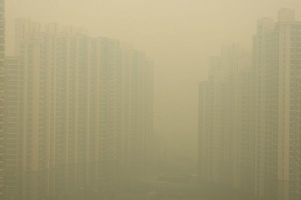 record histórico de smog en shanghai. en reddit están compartiendo fotos. ouch. http://t.co/0foOKdd19k http://t.co/B75avzj2Uw