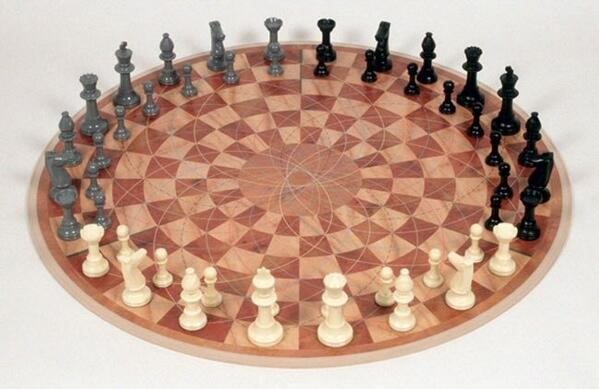 Шахматы на троих от немецкого дизайнера. Автору этих шахмат удалось практически не вносить  изменений в правила. http://t.co/g6J8gX6cD7