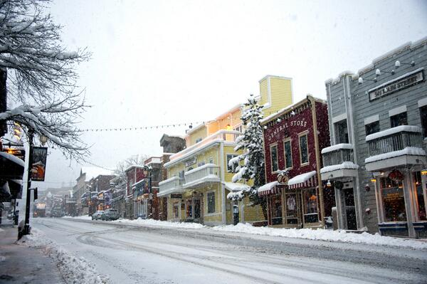 "#Snowing in #parkcity right now. Up to 7"" overnight and still snowing.  Happy Holidays! http://t.co/0pNhKZKYHW"