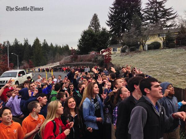 Eastside Catholic students support a gay-married teacher who faces job loss. (@sringman /ST) @seattletimes http://t.co/S6Dr0UuKps