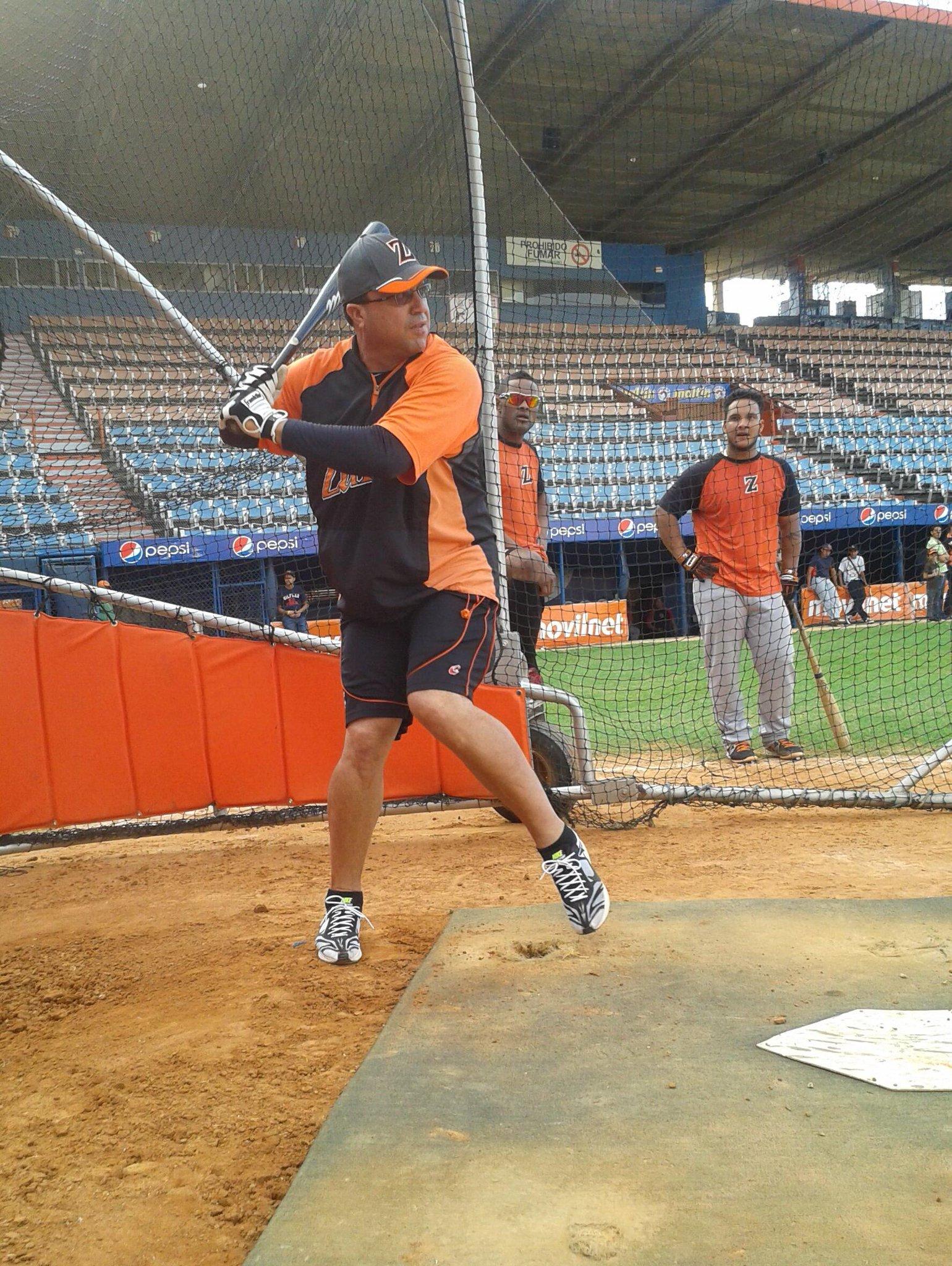 Luis Dorante hace sus swings en la práctica de bateo de las #Águilas http://t.co/sIOkKPlBTc