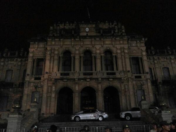 Apagaron las luces en casa de Gobierno. Nadie da la cara. Vergüenza. http://t.co/mkpE3ZttYU