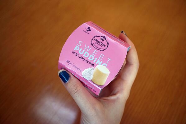 아직 그 누구도 먹어본 적 없는 전설 속의 푸딩!!! 생크림커스터드. 제가 먼저 약올리며 먹어 보겠습니다. 역시 핑크라 이쁘네요. #스윗푸딩 http://t.co/Sf9EH5Xrtj