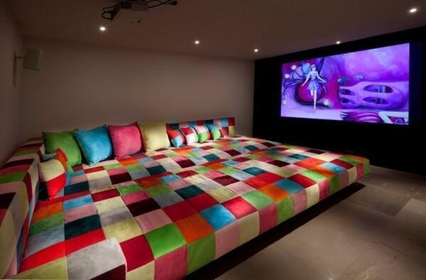 Диван, размером с целую комнату. http://t.co/vTowieDUGk
