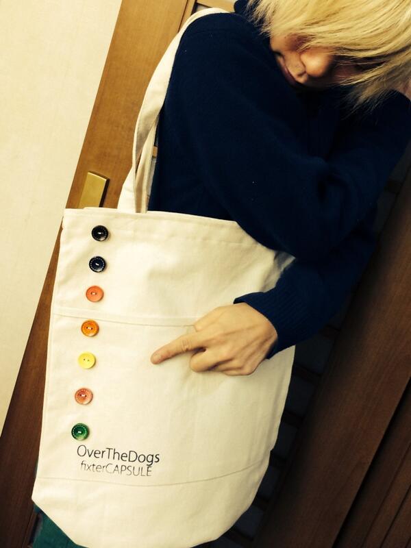 OverTheDogs 新作トートバッグできました◎ボタンがたくさん付いてカラフル!さらに裏や内側も凝ったデザインになってます!色は2色。もう1色は後日アップしますー。発売は12/19 フクザワさんとの2マンからです! http://t.co/ZmvHurxc1S
