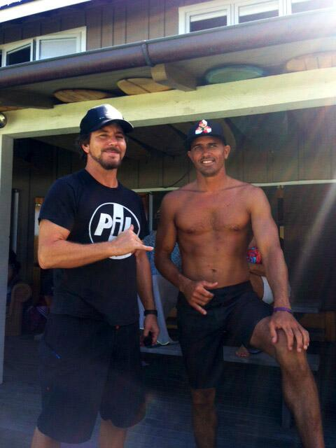 RT @Quiksilver: Eddie Vedder is on hand giving @kellyslater some advice for the Semifinal #bellysblog #OnlyKellyCan @pearljam http://t.co/NrYBiINpm2