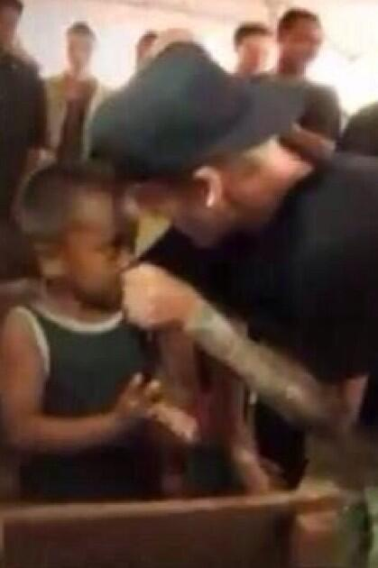 Justin limpando o nariz do menino com a blusa, quero ver os bonitões moralistas fazerem isso também! #philippines http://t.co/tZ7DR82Zdp