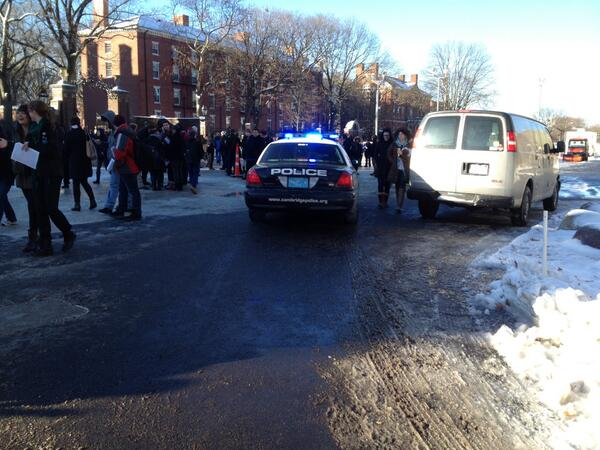 Students & police wait in Science Center Plaza after bomb threat forces evacuation Mon. morning. Updates @thecrimson http://t.co/zS3rXu7iOC