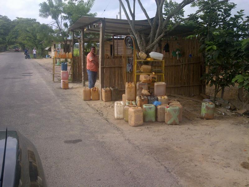 Imagenes del contrabando: Asi de bandera venden la gasolina venezolana en Colombia. http://t.co/1QriiUJ45d