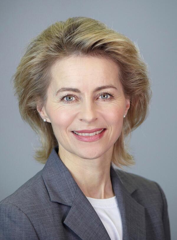 Neue Chefin - Dr. Ursula von der Leyen ist Bundesministerin der Verteidigung. Sie ist die erste Frau in diesem Amt. http://t.co/6exeziUYG7