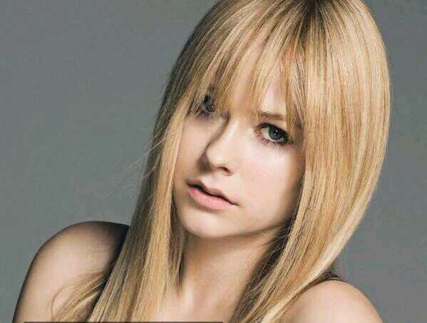 is she getting younger? is this the curious case of avril lavigne (benjamin button)? http://t.co/bUR1dgAj5Z