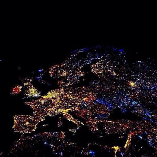 """Gaaf! """"Europa vanuit de ruimte zojuist ;) http://t.co/M5jM1i5iab"""" (via @EdenBraber)"""
