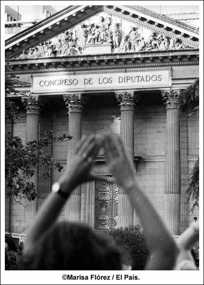 Protesta por el derecho al aborto ante el Congreso. Eran los años 80... en blanco y negro. De Marisa Flórez @el_pais http://t.co/lrW2LlNUkd