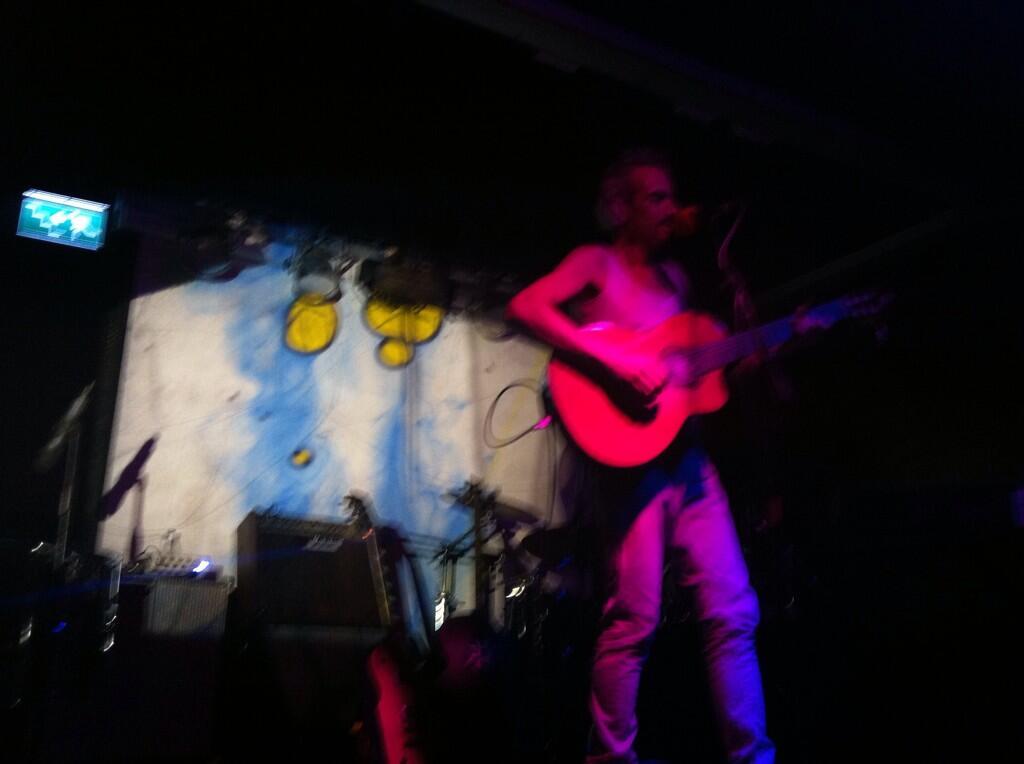 Única foto y mala de mi aportación de ayer en el concierto del @elautoGnomo #liquidlightshow #alexplays http://t.co/Uqem0lzLEk