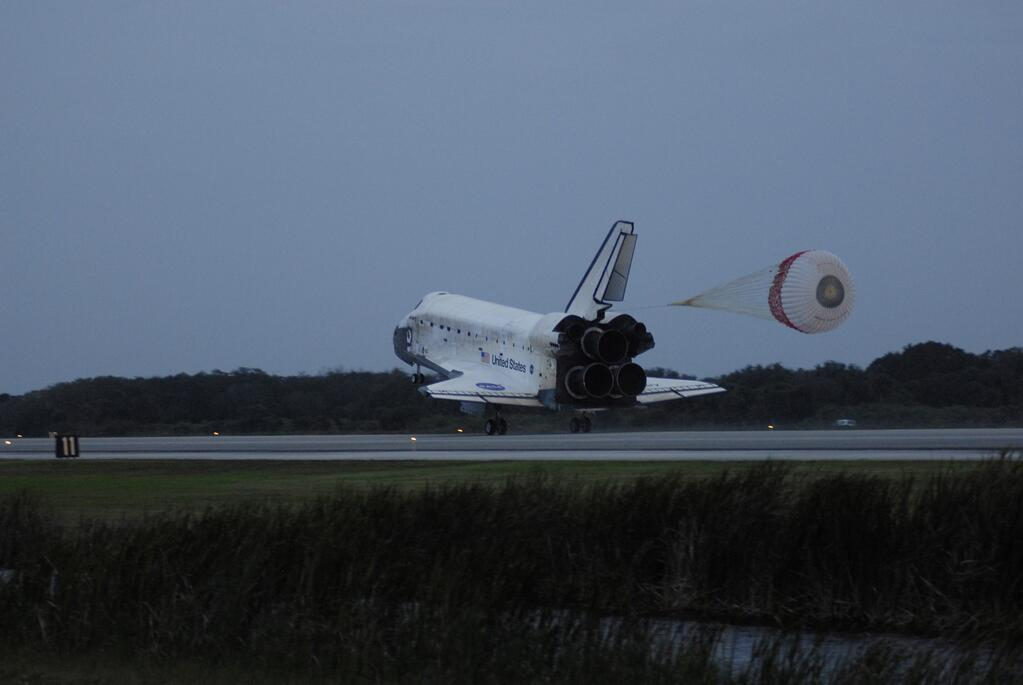 #Now 2006 Shuttle Discovery lands @NASAKennedy after a 12 day mission (STS-116) rewiring the #ISS.   http://t.co/5HnpSIvEsN