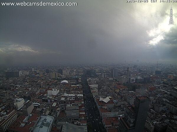 Vista actual de la Ciudad de México hacía el Sur. ¿Lloviendo el día de Navidad? http://t.co/pmBwygjk3B