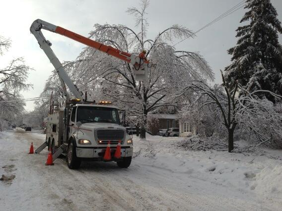 Charlsie Agro (@CBCharlsie): Hydro crews hard at work in Brampton. Crew member tells me he will work a 16 hour day #sl http://t.co/NyOHCrgIxH