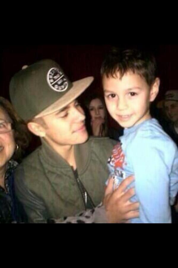 aw Justin looks so happy to be home on his break. :) http://t.co/FGPOnObhfz