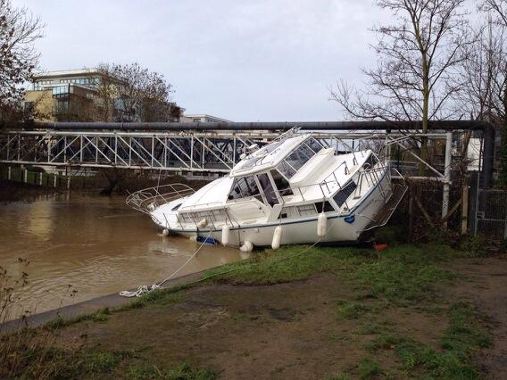 The boat that ended up wedged under tovil bridge #maidstone http://t.co/Hraz3rDjMm