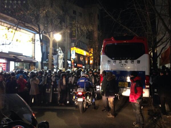 경찰이 길을 막고 있어요. 경향신문사 앞. 일행을 영행하려고. http://t.co/3ItRTpT3xj