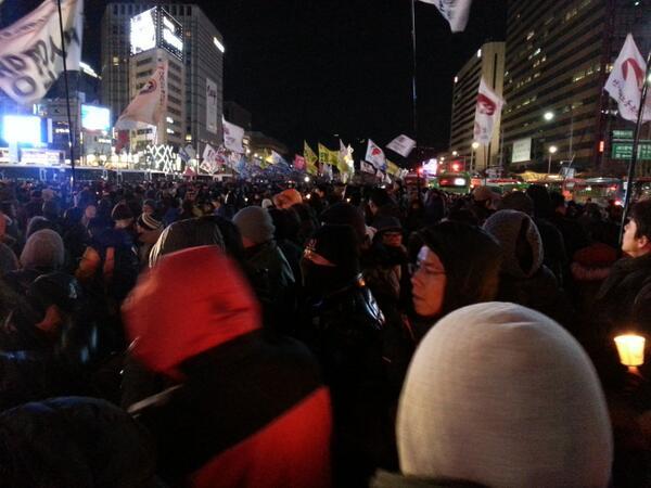 드디어 광화문로 동화면세점앞 도로를 점령하였습니다.  시민들이 ' 박근혜는 퇴진하라!' 구호를 외치고 있습니다. http://t.co/8OLMoQETLF