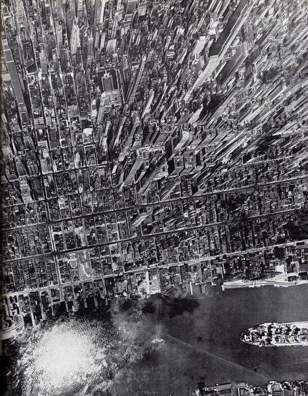 Amazing vertical view of Manhattan, New York, in 1944 http://t.co/4CGNg1Y11t