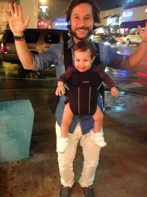 RT @diegotorres: Esquivando la lluvia con la chica mas linda del mundo! El Papa Canguro paseando con su hija por la jungla de cemento! http://t.co/H2LTso8LF5