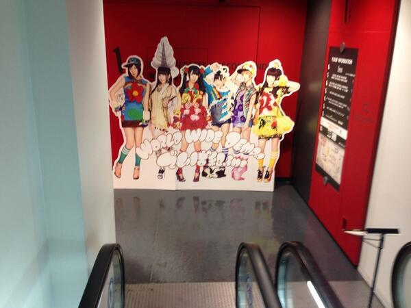 渋谷タワーレコード下りエスカレーターで一階まてくると、でんぱ組の等身大パネルがどーんとお出迎えです!。 http://t.co/ablTVFd8FL