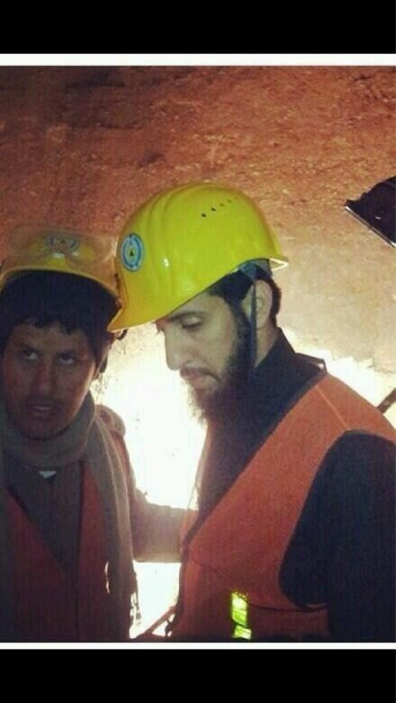 خروج محمد الشمري من البئر بعد نزوله 20 م وواجه صعوبات وسيتم إزالة العوائق الرمليه عنه ويعود داخل البئر http://t.co/cQd03zJo9b  #لمى_الروقي
