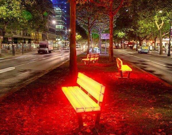 เก้าอี้สาธารณะเรืองแสงที่เบอร์ลิน, เยอรมัน  (Berlin's Annual Festival of Lights) http://t.co/1LhIsAONCk