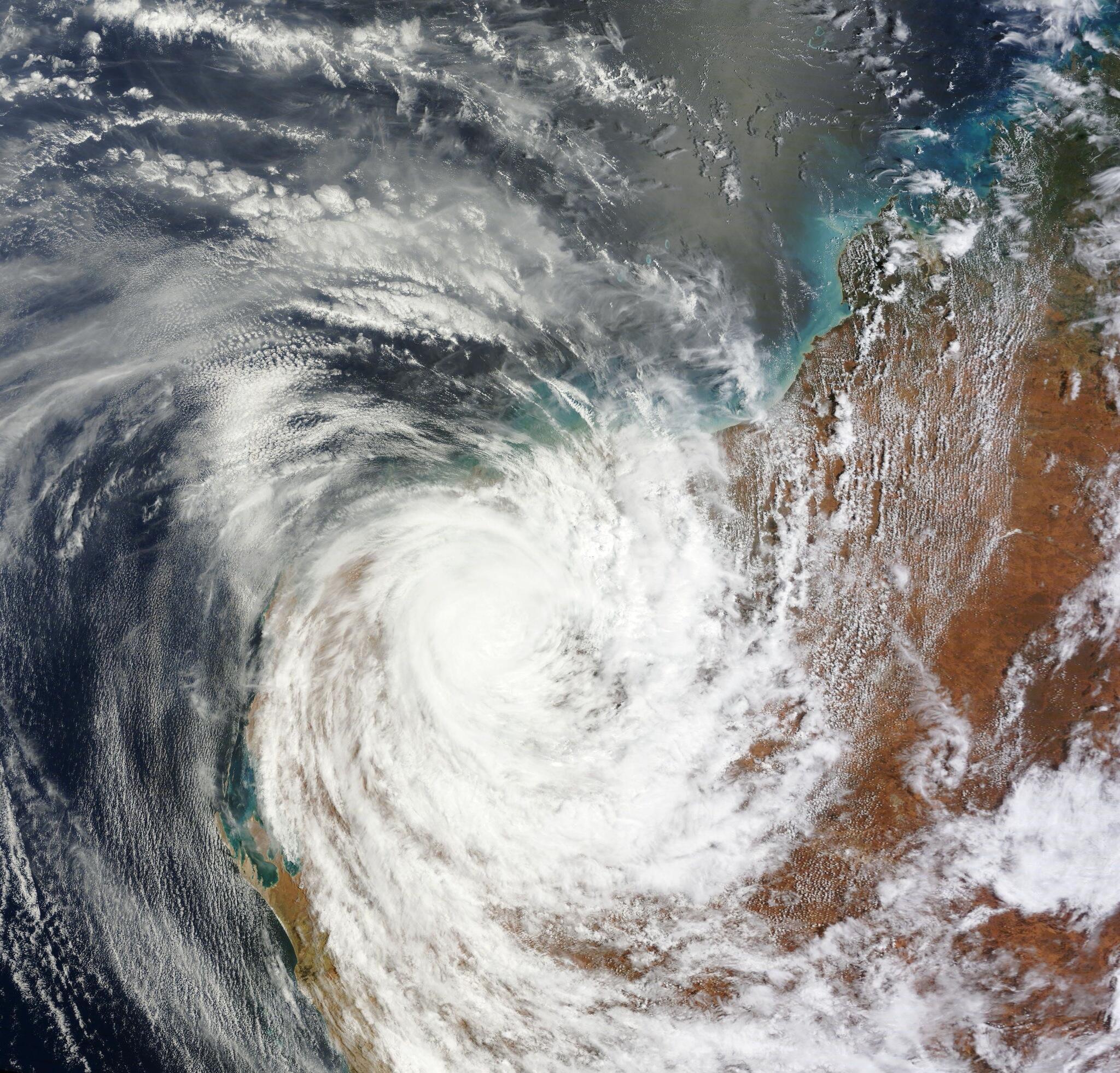 Imagen del ciclón tropical Christine este martes, 31 de diciembre, sobre el noroeste de Australia http://t.co/p706ivARUa