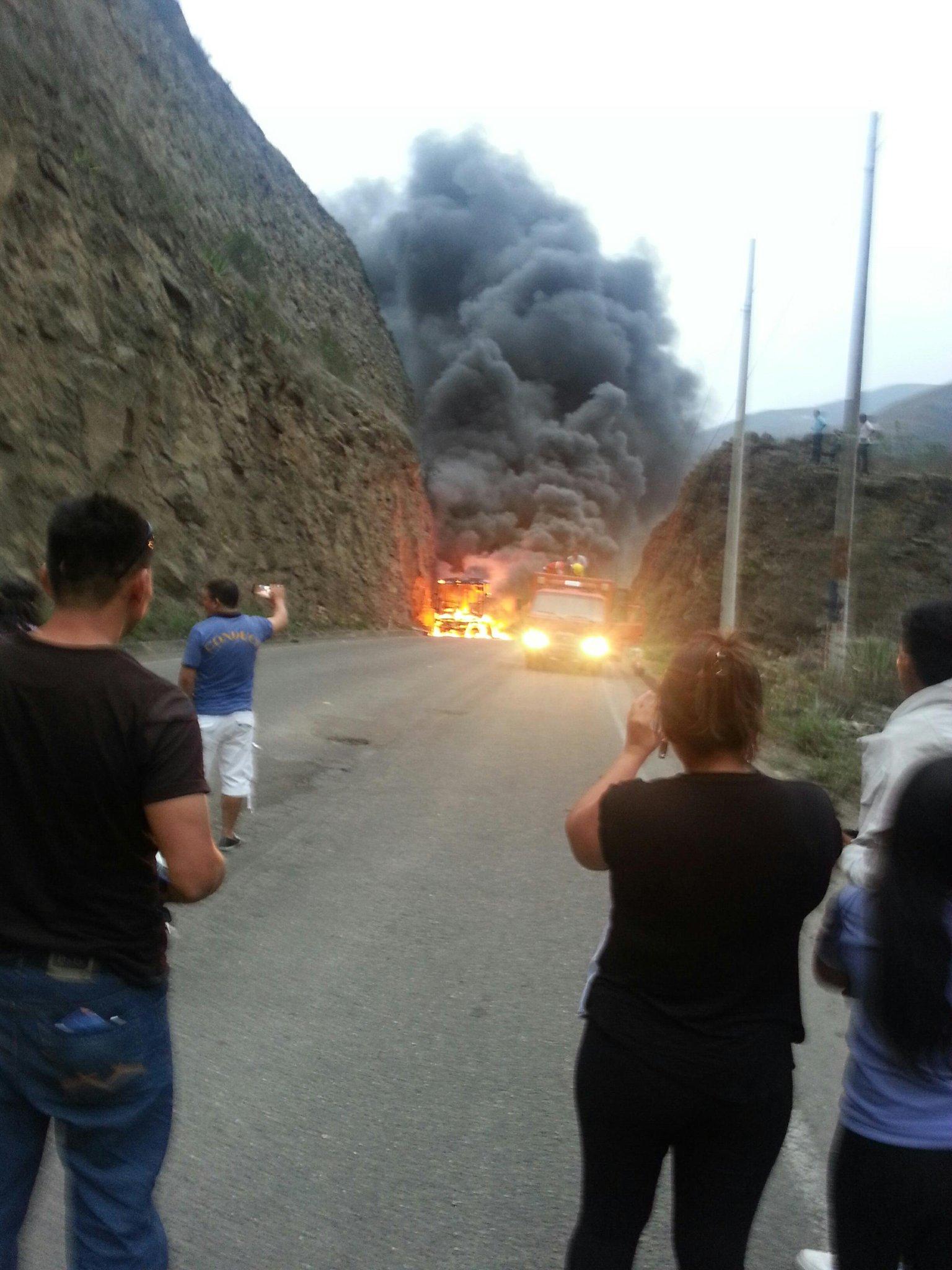 Se incendió un vehículo de RUTAS ORENSES a las 17 horas en el sector San Francisco cercano al cantón Santa Isabel http://t.co/vA3tbT24vP