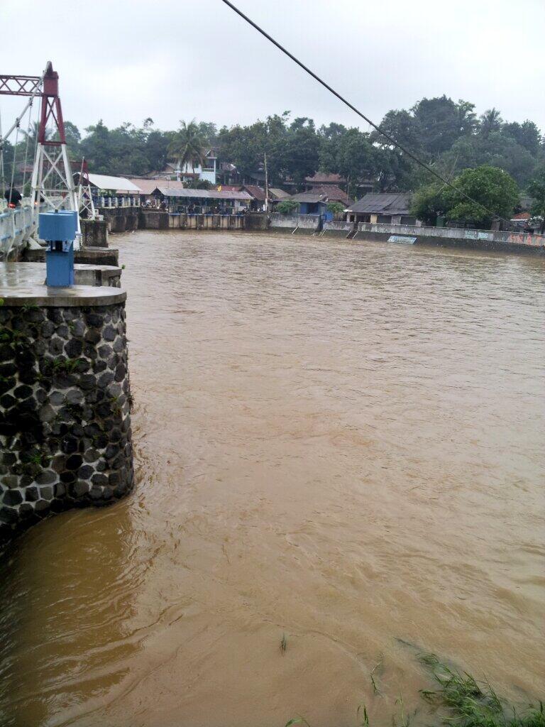 Sisi kanan Bendung Katulampa, waspada banjir. http://t.co/oSwF6cHC0e