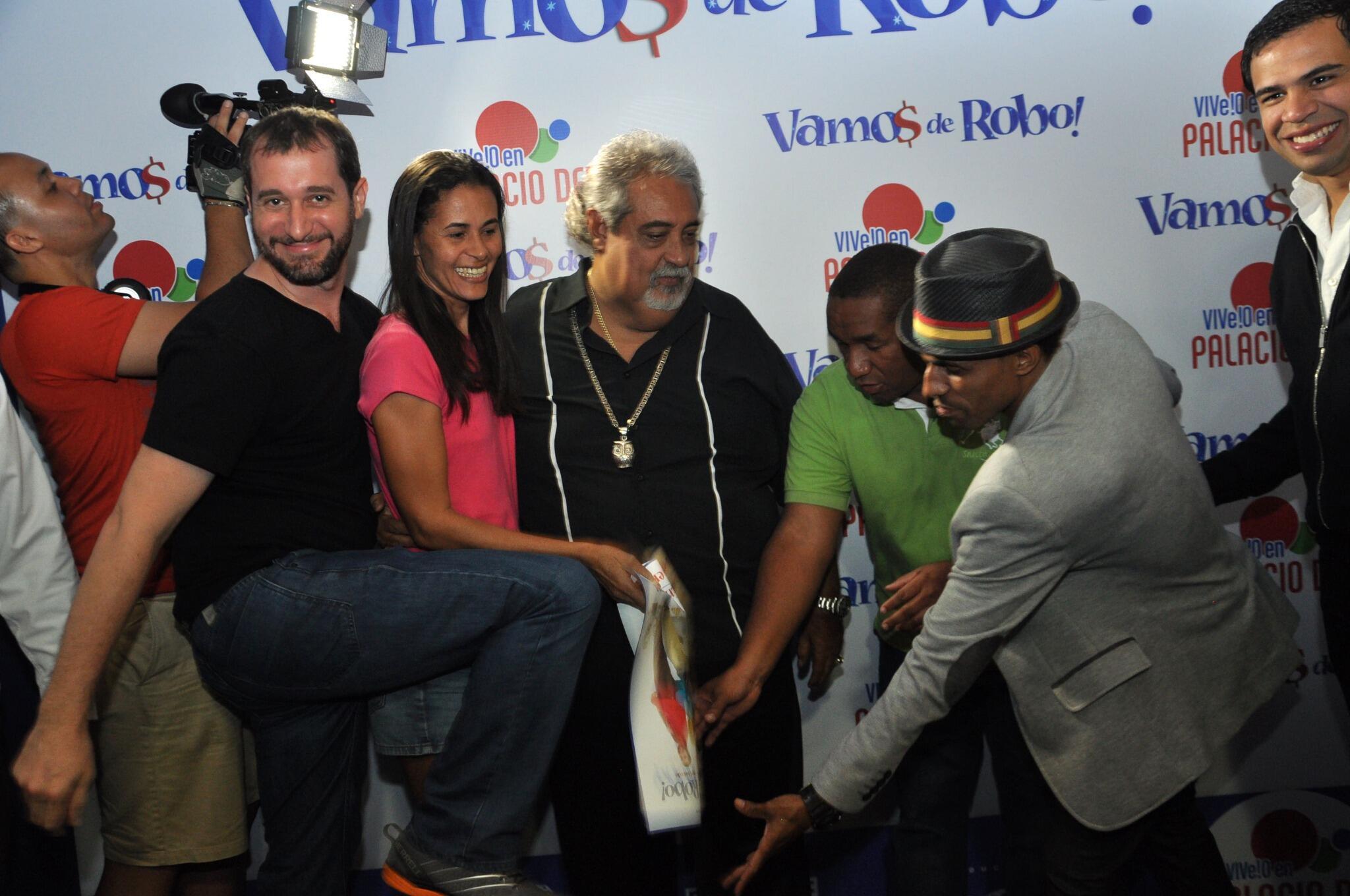 """@VamosdeRobo: Los actores de #VamosdeRobo se gozaron el encuentro en @tusambildo gracias @PalaciodelCine  con fans http://t.co/6CdbNktgDV"""