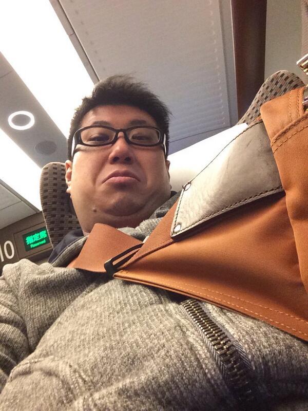 こくじん (@kokujind): 日本一のダッドリー、新幹線に乗る。君たちの目線はこんな感じかな? http://t.co/cqMl2KGdC2