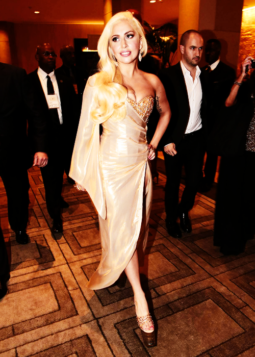 Gaga looks fucking insanely gorgeous ... just WOW http://t.co/QzLJek3EGK