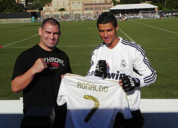 Felicidades a @Cristiano Roanldo por conseguir el #BallondOr2013 Gran fan de #UFC http://t.co/8w6gAz2rEx http://t.co/me21tTd8xQ