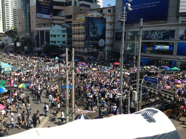 Suthep has arrived at Asoke. No more than 700 people here. Or 50,000 for Michael Yon, I guess http://t.co/MHLm01gSup