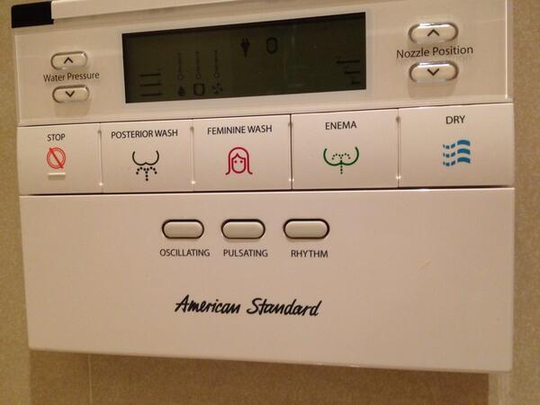 トイレに付いてるエネマってボタンが気になって仕方ない。。。これ絶対入ってるよね? http://t.co/EHhNurZdZm