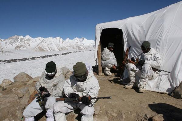 Jai Hind! RT @ShivAroor This is how our jawans live in Siachen. #ArmyDay | http://t.co/KieXHUgItY