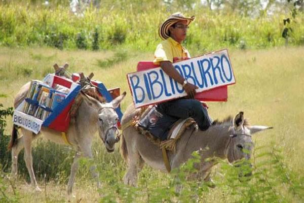 Uma valiosa ideia para incentivar à leitura em lugares distantes de bibliotecas na Colômbia: Biblioburro. http://t.co/wGXzum23wH