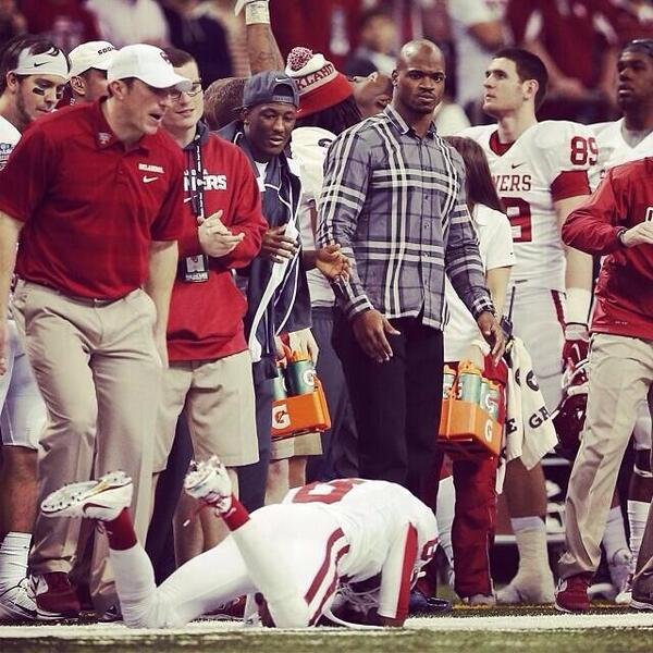 LOL! RT @ByeKandace: LMAOOO!!! RT @1NationUnderRod: Adrian Peterson on OU sideline dressed like debo from Friday
